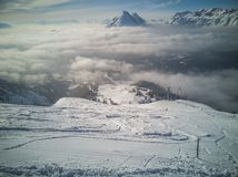 Vue d'hiver des pentes dans les Alpes Image stock