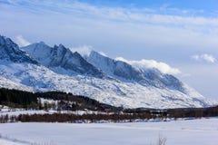 Vue d'hiver des soeurs de la gamme de montagne sept dans Alstadhaug, N Image stock