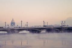Vue d'hiver du pont de Blagoveschensky, St Petersburg, Russi image stock