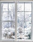 Vue d'hiver par la fenêtre photos stock