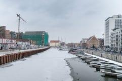 Vue d'hiver pour la marina avec des voiliers dans la vieille ville de Danzig photo stock