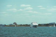Vue d'horizon de Chicago d'un bateau d'un lac images libres de droits