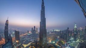 Vue d'horizon de Paniramic du centre ville de Dubaï avec le mail, les fontaines et la nuit aérienne de Burj Khalifa au timelapse  banque de vidéos