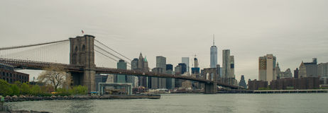 Vue d'horizon de pont et de Manhattan de Brooklyn Photos stock