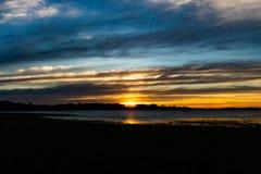 Vue d'horizon de rivière de coucher du soleil photos stock