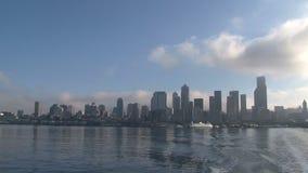 Vue d'horizon de Seattle d'un ferry pendant le matin clips vidéos
