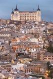 Vue d'horizon de Toledo au coucher du soleil avec l'alcazar l'espagne Images stock