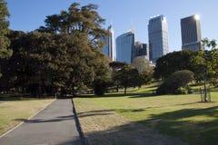 Vue d'horizon de ville des jardins botaniques au printemps photo libre de droits