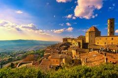 Vue d'horizon de ville de la Toscane, du Volterra, d'église et de panorama sur les soleils image stock