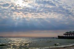 Vue d'horizon sur le beau coucher du soleil, la plage, le ciel et l'eau de mer Images stock