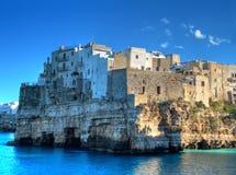 Vue d'horizontal de Polignano. Apulia. images libres de droits
