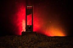 Vue d'horreur de guillotine Plan rapproché d'une guillotine sur un fond brumeux foncé photo stock