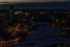 Vue d'Iekaterinbourg de l'hiver ci-dessus d'Iset de rivière de nuit images stock