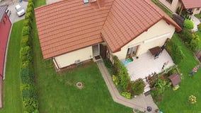 Vue d'immobiliers du bourdon, maison en Pologne banque de vidéos