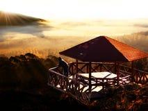 Vue d'infini au-dessus du brouillard sur le coucher du soleil photos libres de droits