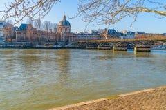 Vue d'Institut de France et du Pont des Arts ? travers la Seine paris france photo libre de droits