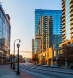 Vue d'Ivan Allen Junior Boulevard nanowatt au coucher du soleil, Atlanta Image libre de droits