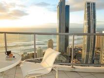 Vue d'océan de balcon au lever de soleil Photos libres de droits