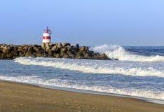 Vue d'océan et petit phare dans la jetée d'admission de Tavira Photos stock