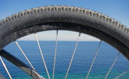 Vue d'océan par la jante de vélo images libres de droits