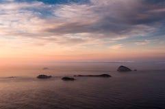 Vue d'océan par lever de soleil avec des îles dans l'horizon Image stock