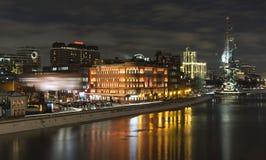 Vue d'octobre rouge du pont de Patriarshy Photographie stock libre de droits
