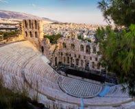 Vue d'Odeon de théâtre d'Atticus de Herodes sur la colline d'Acropole, Athènes, Grèce, donnant sur la ville au coucher du soleil images libres de droits