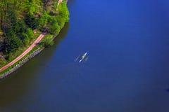 Vue d'oeil d'oiseau d'une rivière avec des personnes dans un canoë images stock