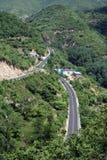 Vue d'oeil d'oiseau d'une route par la vallée Images libres de droits