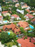 Vue d'oeil d'oiseau de domaine de première qualité de propriété débarquée avec de grandes belles maisons et beaucoup de piscines  Image libre de droits