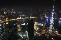 Vue d'oeil d'oiseau de ville de Changhaï la nuit Image stock