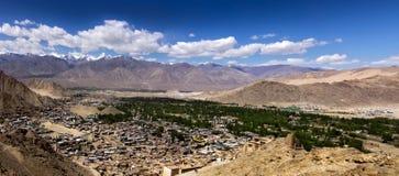 Vue d'oeil d'oiseau de ville de Leh, Ladakh Photos stock