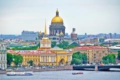 Vue d'oeil d'oiseaux de centre historique de St Petersburg dans le jour d'été nuageux Images libres de droits