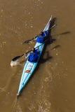 Vue d'oeil d'oiseaux de course de canoë de Paddlers images stock