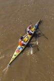 Vue d'oeil d'oiseaux de course de canoë de Paddlers image libre de droits