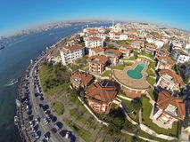 Vue d'oeil d'oiseaux des maisons de luxe et d'une piscine chez Uskudar, Istanbul Image libre de droits