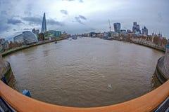 Vue d'oeil de poissons avec l'architecture de Londres du pont de tour image libre de droits