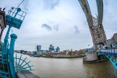 Vue d'oeil de poissons avec l'architecture de Londres du pont de tour photos stock