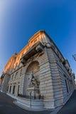 Vue d'oeil de poissons avec la façade du palais de Lloyd Triestino à Trieste photographie stock