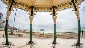 Vue d'oeil de poissons du kiosque à musique victorien et des restes du pilier occidental détruit à Brighton et Hove Images stock