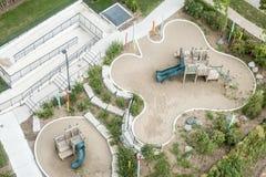 Vue d'oeil du ` s d'oiseau de terrain de jeu du ` s d'enfants dans la ville Photographie stock