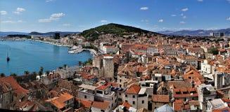 Vue d'oeil du ` s d'oiseau de ville de fente, Croatie photographie stock