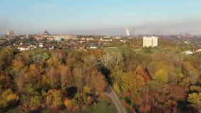 Vue d'oeil du ` s d'oiseau pollution environnementale écologique de photo de crise Brouillard enfumé au-dessus de la ville clips vidéos
