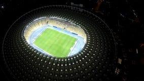 Vue d'oeil d'oiseau sur le grand stade de football avec des joueurs, partie de football passionnante clips vidéos