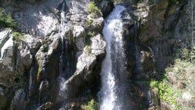 Vue d'oeil d'oiseaux célèbre de cascade dans Arieseni, Roumanie banque de vidéos