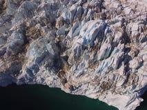 Vue d'oeil d'oiseaux d'un bourdon du terminus d'un glacier fortement crevassed au Groenland du nord-est photos libres de droits