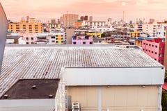 Vue d'oiseau au-dessus du paysage urbain avec le coucher du soleil et les nuages le soir C photographie stock libre de droits
