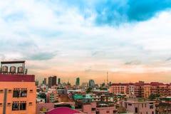 Vue d'oiseau au-dessus du paysage urbain avec le coucher du soleil et les nuages le soir C photos stock