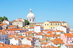 Vue d'oiseau de Lisbonne centrale avec les maisons colorées et le toit orange Photos stock