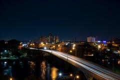 vue d'Oiseau-oeil de rue du centre occupée la nuit photo stock